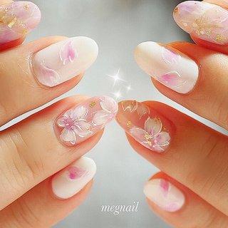 桜ネイル🌸が人気です✨💫 桜と花びらアートで清楚に🌸 #春 #オフィス #デート #女子会 #ハンド #ワンカラー #フラワー #大理石 #和 #ミディアム #ホワイト #ベージュ #ピンク #ジェル #お客様 #megnail #ネイルブック