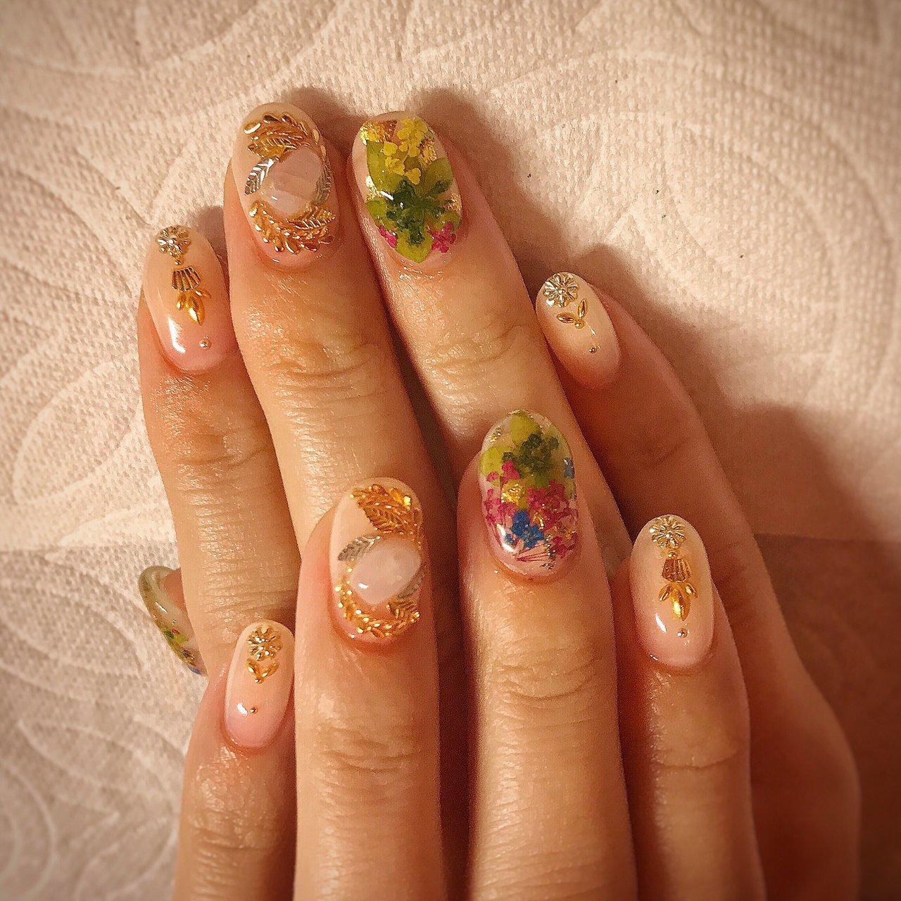 こちらは5本デザインコース¥10000になります🌹✨ 初回のお客様は-¥1000引きです💅 . . クリア感と押し花が春らしいデザイン💐💕 . . いつもお店の中が華やぐ雰囲気に癒されております🥰 今回も可愛いデザインをさせて頂きありがとうございました✨✨ . . . . ご予約や詳細など、お気軽にお問い合わせ下さい♪ LINEID : m3.nails メール :m3.nails@icloud.com . #m3 #プライベートサロン #プライベートネイルサロン #ネイルサロン#privatenailsalon #東京 #tokyo #原宿 #harajuku #キャットストリート #nail #ネイル #ジェルネイル #gelnails #冬ネイル #ニュアンスネイル #月替りデザイン #ネイルデザイン #sweet #可愛い #派手 #派手ネイル #手書き #手書きネイル #宝石 #大理石ネイル #天然石ネイル #春ネイル #春 #卒業式 #入学式 #オフィス #ハンド #フラワー #シースルー #ニュアンス #ボタニカル #押し花 #ミディアム #クリア #ベージュ #パステル #ジェル #お客様 #M3 mako #ネイルブック