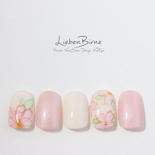 ウォーターカラーの桜ネイル  水彩風の繊細な桜ネイルのご紹介♡  ピンクとホワイトの優しい組み合わせに、ピンクの桜がたくさん咲いています。 たらしこみで描いた桜は、華やかながらも派手すぎず、お花見シーズンにぴったり♫  すぐ散ってしまう桜は指先で永久保存です♡  ↓minne販売ページはこちら↓ https://minne.com/items/17788811  こちらのネイルは初回【8,000円】、通常【14,000円】となります。   https://minne.com/@liebenbirneハンドメイドマーケットminne ✉️liebenbirne@gmail.com ☎︎08024445199 🏠http://www.liebenbirne.com🌸https://minne.com/liebenbirne 大阪梅田のプライベートネイルサロン #梅田ネイル#liebenbirne #LiebenBirne#リーベンビルネ#ネイル#梅田ネイルサロン#中崎町ネイル#大阪ネイル#ネイルデザイン#ネイルアート#エースジェル#ジェルネイル#プリジェル#ベトロ#ベラフォーマ#nailsofinstagram #nailsoftheday#nailstagram#nails2spire#nailswag#nails#nailsdesign#さくらネイル#桜ネイル#桜#サクラネイル#開花#春ネイル#ピンクネイル#タイダイネイル#マーブルネイル #春 #デート #女子会 #ハンド #フラワー #たらしこみ #ショート #ホワイト #ピンク #ジェル #ネイルチップ #Lieben Birne #ネイルブック