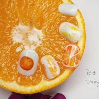 point -spring collection- ジューシーなオレンジ🍊アクリル絵の具を使って油絵風に。 #春 #オールシーズン #リゾート #デート #ハンド #たらしこみ #トロピカル #ニュアンス #フルーツ #ホワイト #オレンジ #イエロー #ジェル #ネイルチップ #Mariko #ネイルブック