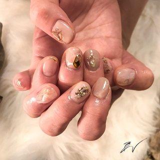 右手はゴールドベース 左手はシルバーベース どちらの色の指輪にも合うように💍 ・ 左手の薬指には 大きな水晶とクリスタルピクシー をたっぷりのせました ・ 写真だと見えないけどね…😂笑 ・ ・ ・ #nail #nailart #シンプルネイル #およばれネイル #ちゅるんネイル #ネイルアート #ネイルデザイン #ネイルモデル募集 #シックネイル #シェルネイル #ジェルネイルアート #指甲 #美甲 #横浜市青葉区 #クリスタルピクシー #結婚式ネイル #パールネイル #ベージュネイル #田園都市線ネイルサロン #ニュアンスネイル #ネイル好きな人と繋がりたい #ネイル好き #セルフネイラー #大理石ネイル #セルフネイル部 #オフィスネイル #nailie #大人ネイル #オールシーズン #オフィス #パーティー #女子会 #ハンド #シンプル #シェル #大理石 #ニュアンス #クリスタルピクシー #ミディアム #クリア #ベージュ #ゴールド #ジェル #お客様 #nodoka_AIW #ネイルブック