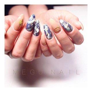 """swipe☝︎〃→→→ . . """"マチュピチュ旅行用ネイル𓆃"""" ラピスラズリとかソーダライトをイメージした天然石アートとメタルパーツでナスカの地上絵風アート。 . 使用カラー: @spacenail_fleurir .•P19+P18+M39+M14+P33 .•S19 #coffinnails#nail#nails#nailart#nailsalon#hand#gelnail#fashion#ootd#stone#美甲#네일아트#젤네일#패션#네일#ファッション#ネイル#ジェルネイル#ネイルサロン#ネイルサンプル#冬ネイル#春ネイル#大人ネイル#ニュアンスネイル#ストーン#大理石ネイル#天然石ネイル#ネイルアート #春 #オールシーズン #リゾート #女子会 #ハンド #シェル #ネイティブ #ボヘミアン #大理石 #たらしこみ #ミディアム #ベージュ #ブルー #ネイビー #ジェル #お客様 #megunail𓂯 #ネイルブック"""