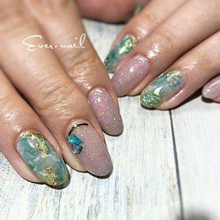 5月の誕生石はエメラルド #天然石ネイル お好きなカラーで作れるキラキラ天然石 #シェルストーン との相性は◎ #オールシーズン #梅雨 #海 #ハンド #シェル #大理石 #ノルディック #ミディアム #グリーン #ブルー #パープル #ジェル #お客様 #Ever.nail #ネイルブック