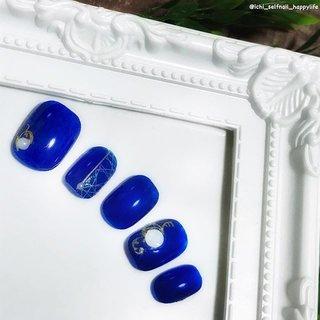 飛んじゃってますが 薬指の白丸は大理石柄です。 アンティークな雰囲気を 目指しました。  白のぼかし線をいれて 青大理石にした方が 風情が出たかもしれないですね  #ネイルチップ #ネイル #シンプルネイル #セルフネイル #セルフネイル部 #プチプラ #100均ネイル #ほぼ100均ネイル #ポリッシュネイル #上品ネイル #おしゃれネイル #大人可愛いネイル #ネイルデザイン #nailbook #ネイルブック #selfnail #簡単ネイル #プチプラネイル #大人ネイル #ショートネイル #ショートネイル部 #hpb_nail #アンティークネイル #ブルーネイル #ネイルシール #オールシーズン #パーティー #デート #女子会 #ハンド #ワンカラー #ショート #ホワイト #ネイビー #ゴールド #マニキュア #ネイルチップ #いち #ネイルブック