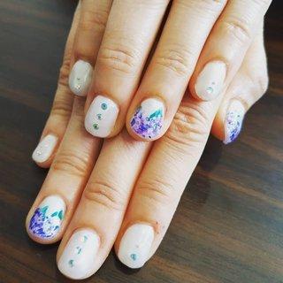 シェルフレークを2色使って紫陽花を作ってみました🥰✨ 季節感が出ていい感じに😆 こちらは6月の定額ネイルになりまーす😁❤️  #シェル #紫陽花 #宗像 #夏 #梅雨 #浴衣 #女子会 #ハンド #シェル #和 #ショート #ホワイト #ネイビー #パープル #ジェル #お客様 #レノンアイ #ネイルブック