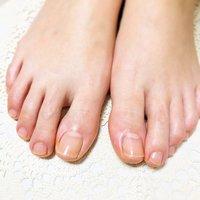お爪周りや、甘皮だけでなく 足裏の角質除去まで、しっかりとケアします。  爪先が綺麗でも、爪周りや踵、足裏がカサカサだと、なんだかオシャレしてても気分が少し下がりませんか? 身体全体が楽になる!と人気のフットケアです  #フットケア #ネイルケア #ホットオイルマニキュア  #角質除去 #オールシーズン #フット #ミディアム #お客様 #oracle_nail #ネイルブック