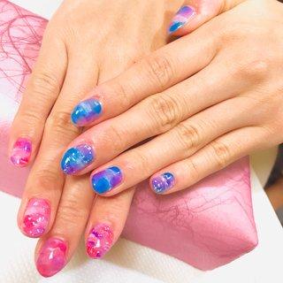 ブルー×ピンクのアシメがとってもかわいい 春夏にぴったりなデザインをさせて頂きました🥰 金箔や銀箔もアクセントになってキレイです。  #グラデーション  #マーブル #アシンメトリーネイル  #派手ネイル #春 #夏 #海 #リゾート #ハンド #タイダイ #大理石 #マリン #マーブル #ギャラクシー #ショート #ピンク #ブルー #パープル #ジェル #ネイルモデル #you* #ネイルブック