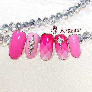 いろいろなピンクを使用して ピーチ姫みたいになりましたぁ(*^ω^*)  真っ直ぐにラインを引くのって… 難しいものですねぇ。。( ̄▽ ̄;)w  よく見ればガタガタライン。。(´°ω°)チーン   #ダイヤグラデーションネイル #ピンクネイル #ラメ囲みネイル #ストーンネイル #個性派ネイル #派手ネイル #ジェルネイル #オールシーズン #ハンド #ラメ #ワンカラー #ビジュー #キルティング #ピンク #ジェル #ネイルチップ #*琳人* #ネイルブック